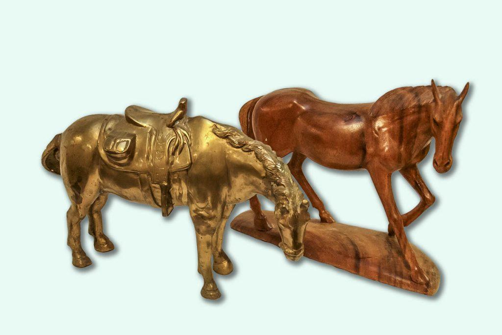 Hästar i mässing och trä.